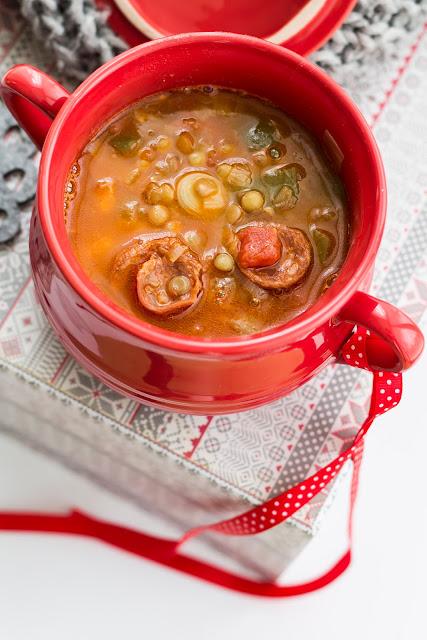 Hiszpańska zupa z soczewicy z chorizo.