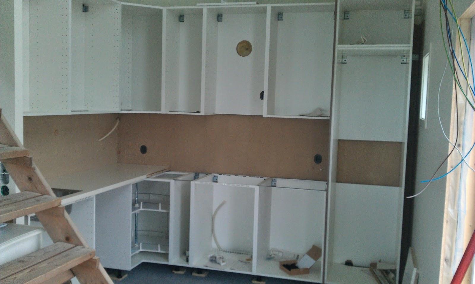 vi bygger hytte p ytre hoem fr na noen skritt videre montering av kj kkeninnredning. Black Bedroom Furniture Sets. Home Design Ideas