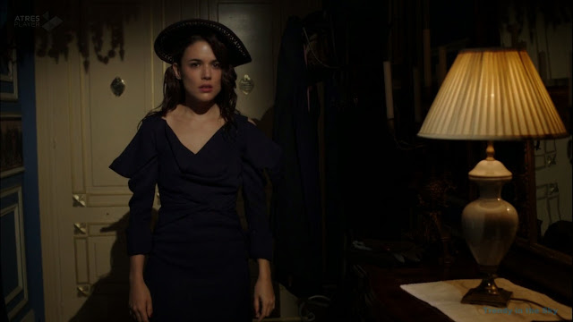 Sira Quiroga vestido azul marino. El tiempo entre costuras. Capítulo 6