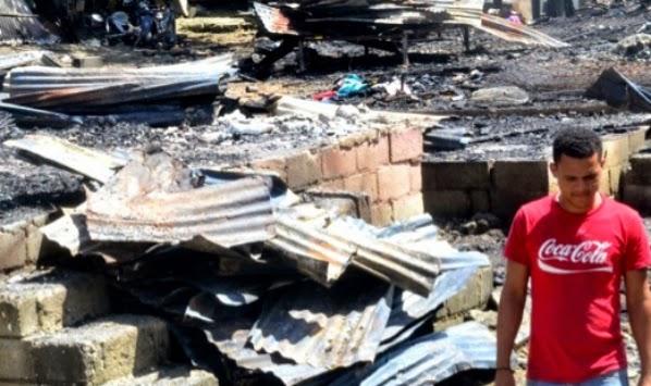 Unas 18 familias quedaron sin hogar a causa de un incendio que redujo a cenizas nueve casas en el sector El Bonito, en Villa Mella.