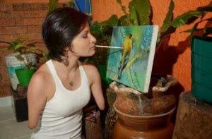 Zuly Sanguino, 24 tuổi người Colombia hiện là một họa sĩ trẻ tài năng và một nhà diễn giả xinh đẹp. Cô được sinh ra mà không có cánh tay và chân, do một dị tật bẩm sinh được gọi là phocomelia