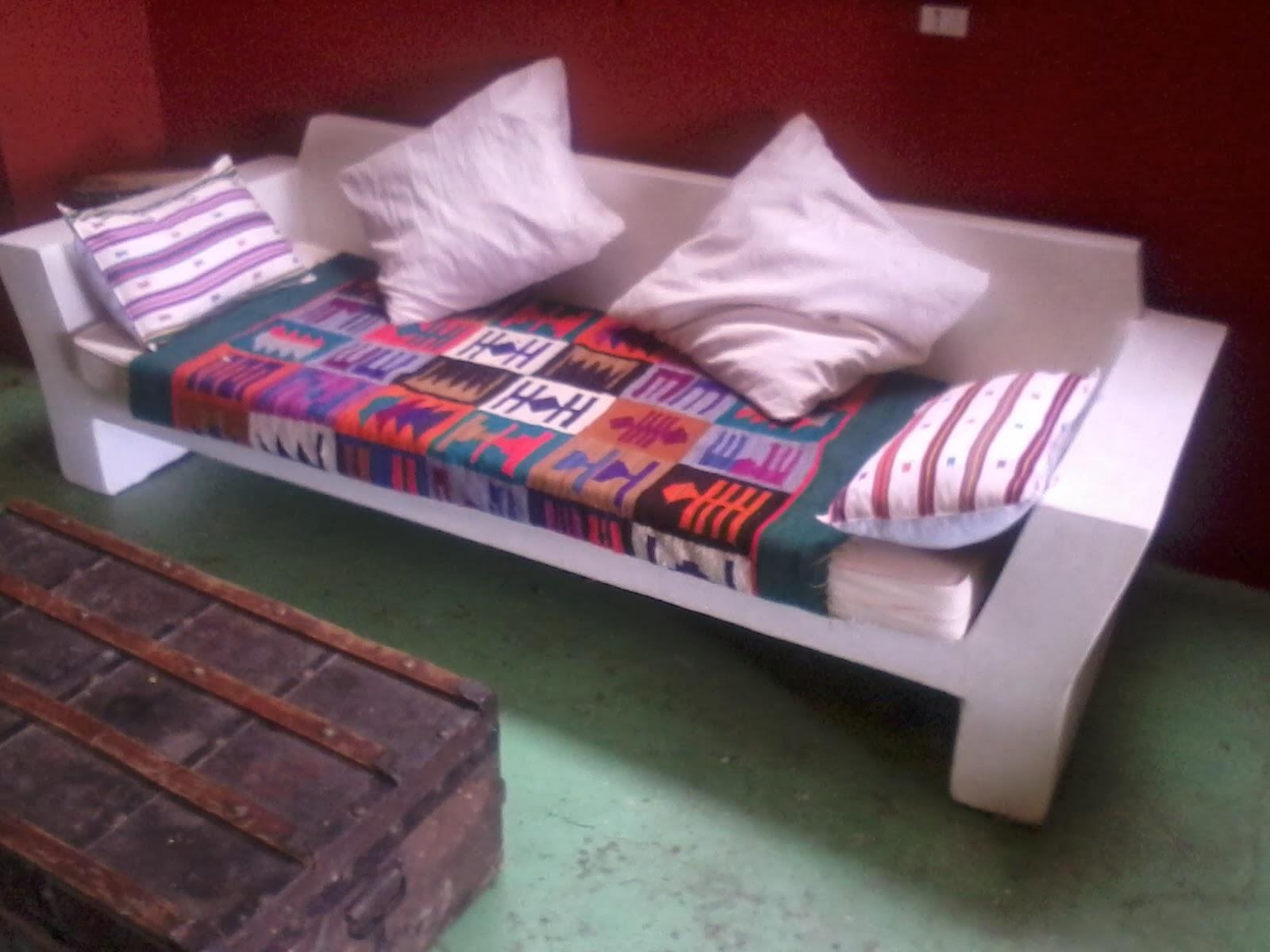 Sill n de cemento blanco entra un colchon cama de 190 x for Sillon cama blanco
