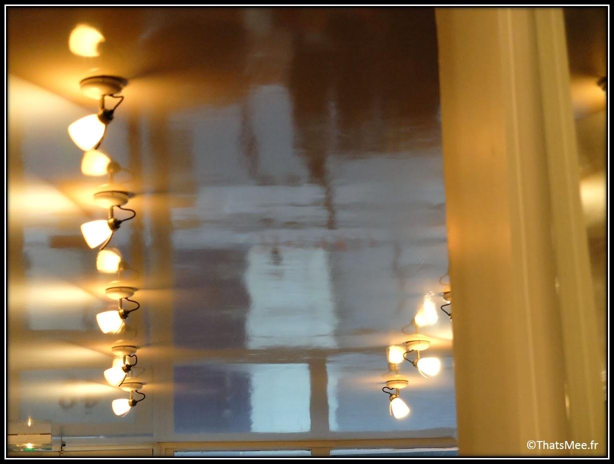 Cafe Loustic coffee shop rue Chapon Paris déco cosy Marais , café enseigne lumineuse vintage, lumières ampoules déco spots