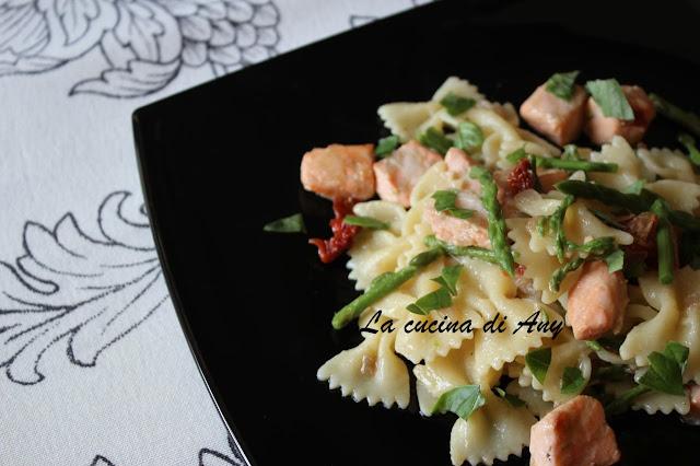 farfalle al salmone, asparagi selvatici e basilico - paste cu somon, sparanghel salbatic si busuioc