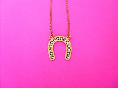 http://www.lojatantra.com.br/product/105612/colar-ferradurinha-grande