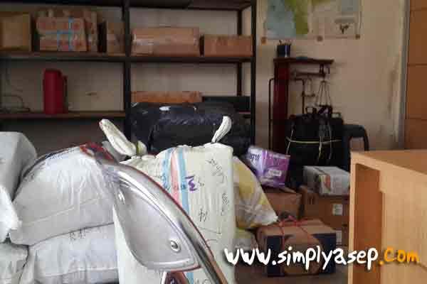Paket Milagros diantara jejeran paket paket lainnya yang siap dikirim ke luar kota.  Harga atau tarif berat 10 Kilogramnya 30 ribu rupiah.  Foto Asep Haryono