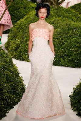 belle robe bustier longue brodée d'or et de perles. Défilé haute couture à paris pendant la fashion weeks.