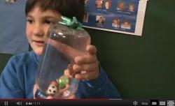 Victor ens ensenya a fer una bola de cristal amb neu