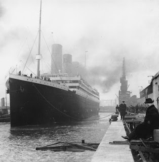 RMS titanic ready to sail away