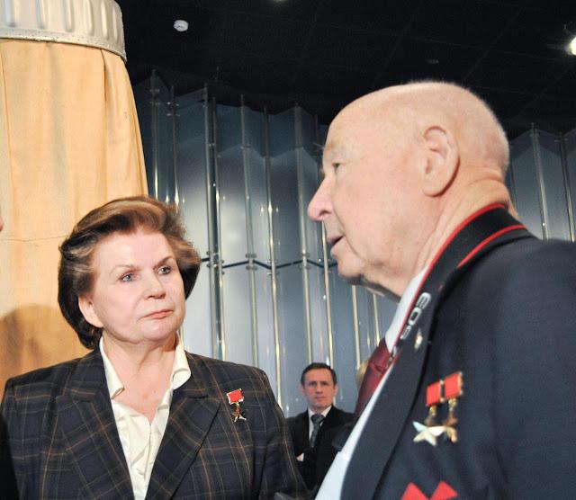 Hai phi hành gia Tereshkova và Leonov tại Bảo tàng Nhà du hành Moscow trong lần kỷ niệm 50 năm chuyến bay đầu tiên của con người vào vũ trụ hồi năm 2011. Credit : NASA.