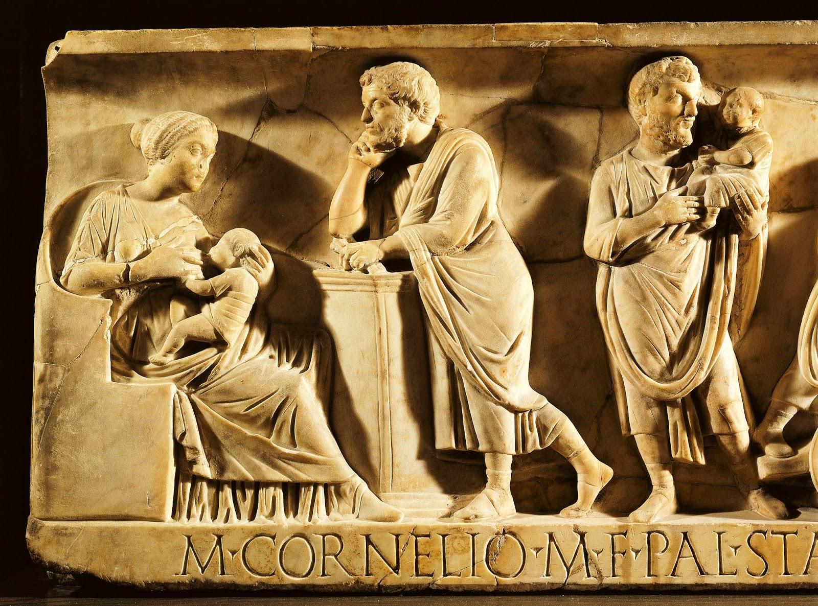 Relieve de un sarcófago - Matrona romana amamantando a su hijo, observada por su marido. Museo del Louvre, París.
