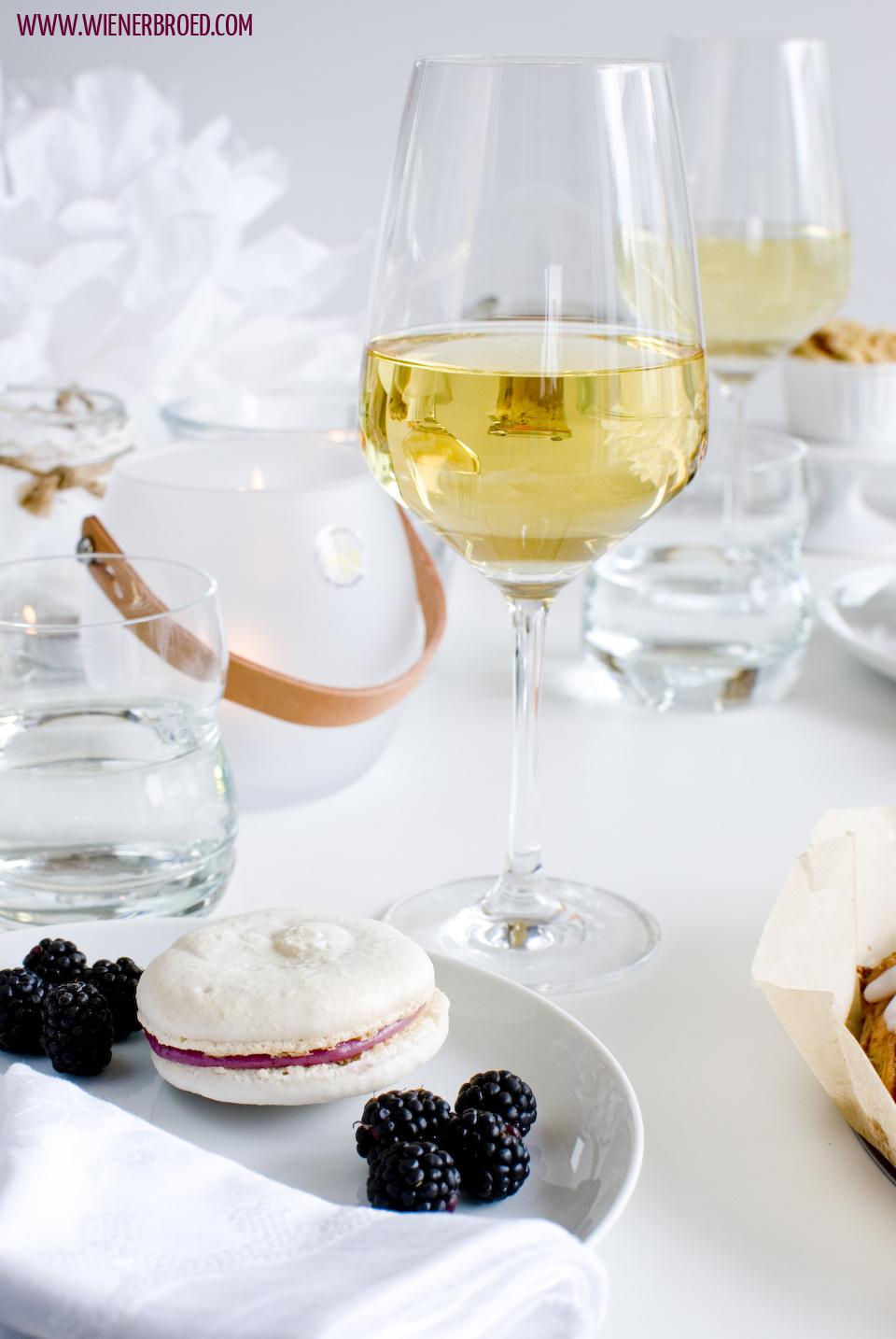 Vanille-Macarons mit Brombeer-Ganache / Vanilla macaron with blackberry ganache [wienerbroed.com]