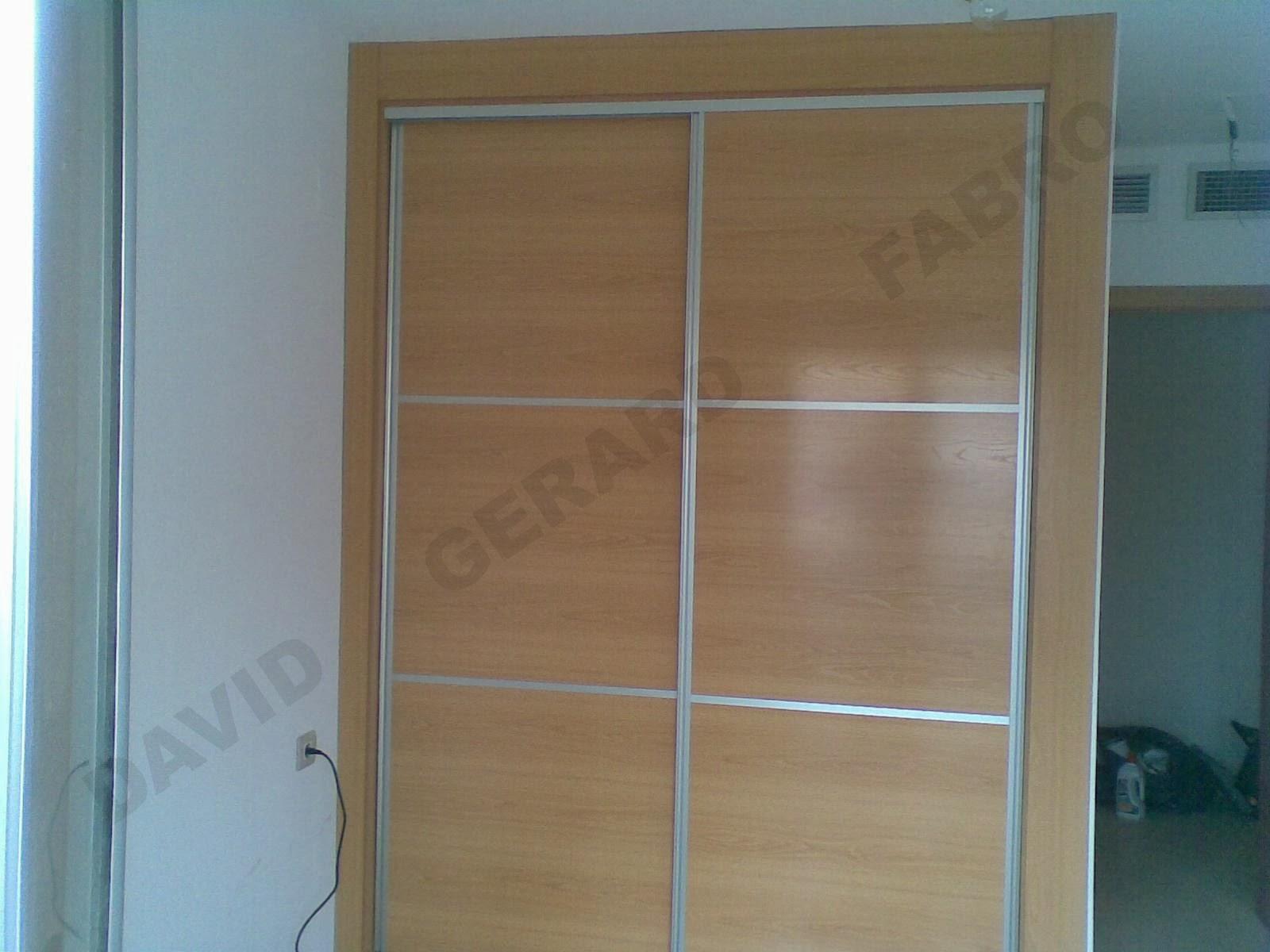 Armario de puertas correderas con tiradores color inox y beta horizontal