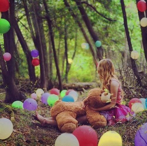 Globos de colores en el bosque