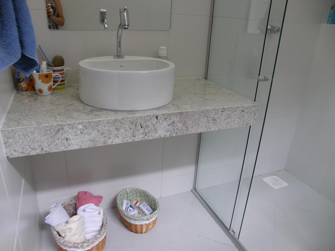 Deu pra fazer nichos nos dois banheiros dentro dos boxes por que as  #64452C 1280 960