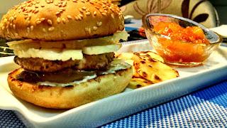 Hambúrguer de porco e chutney de manga