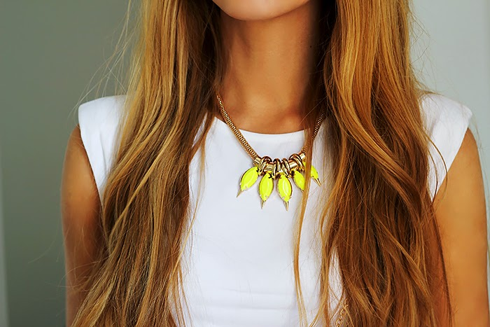 peplum top, fluo necklace, total white