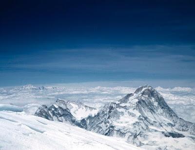 Makalu en primer plano y el Kanchejunga al fondo, desde la cima del Everest. Foto tomada por Hillary el 29 de mayo de 1953. Vista hacia el este