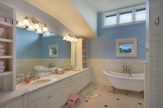 kamar+mandi+anak+tema+biru+laut+dan+putih Desain kamar mandi kecil cantik untuk anak anak