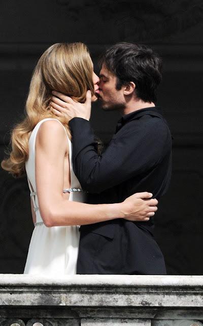 Ian-Somerhalder-besandose-con-modelo