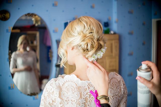 fryzura ślubna upięcie na średniej długości włosów