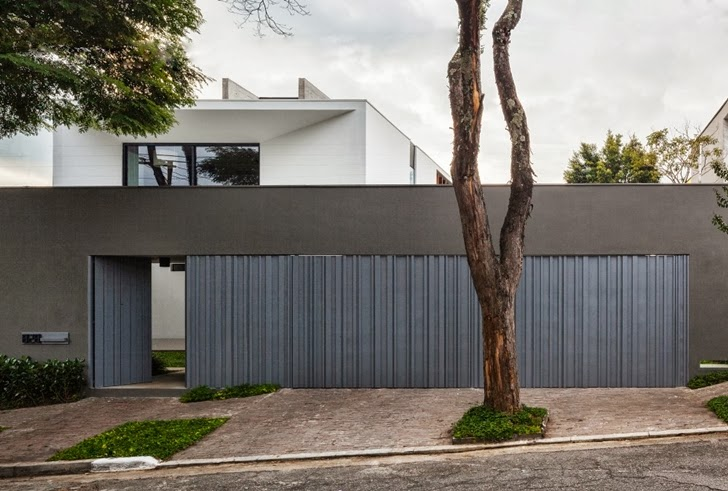 Street gate of Modern Planalto House by Flavio Castro