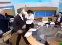 nazi le pega a congresista diputada en programa en vivo en grecia