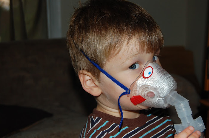 bayi sedang menggunakan nebulizer