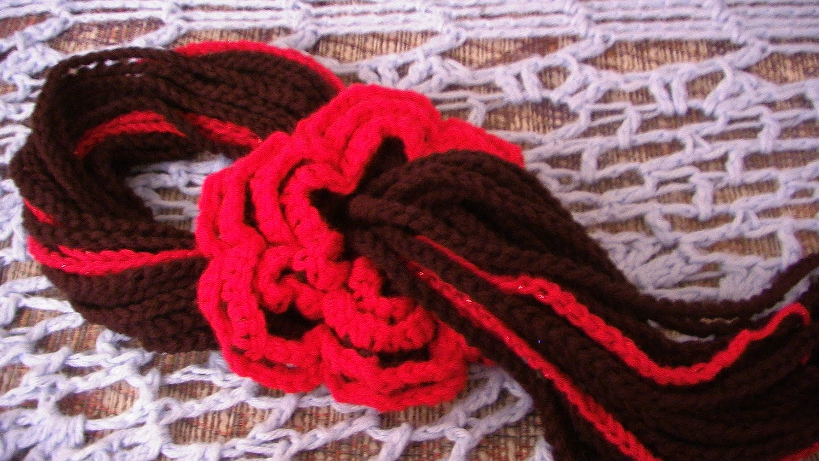 http://4.bp.blogspot.com/-afWVAxfEY3k/TlWbMA1hN_I/AAAAAAAABms/P3RP_kZ36JE/s1600/red+and+black+scarf.JPG