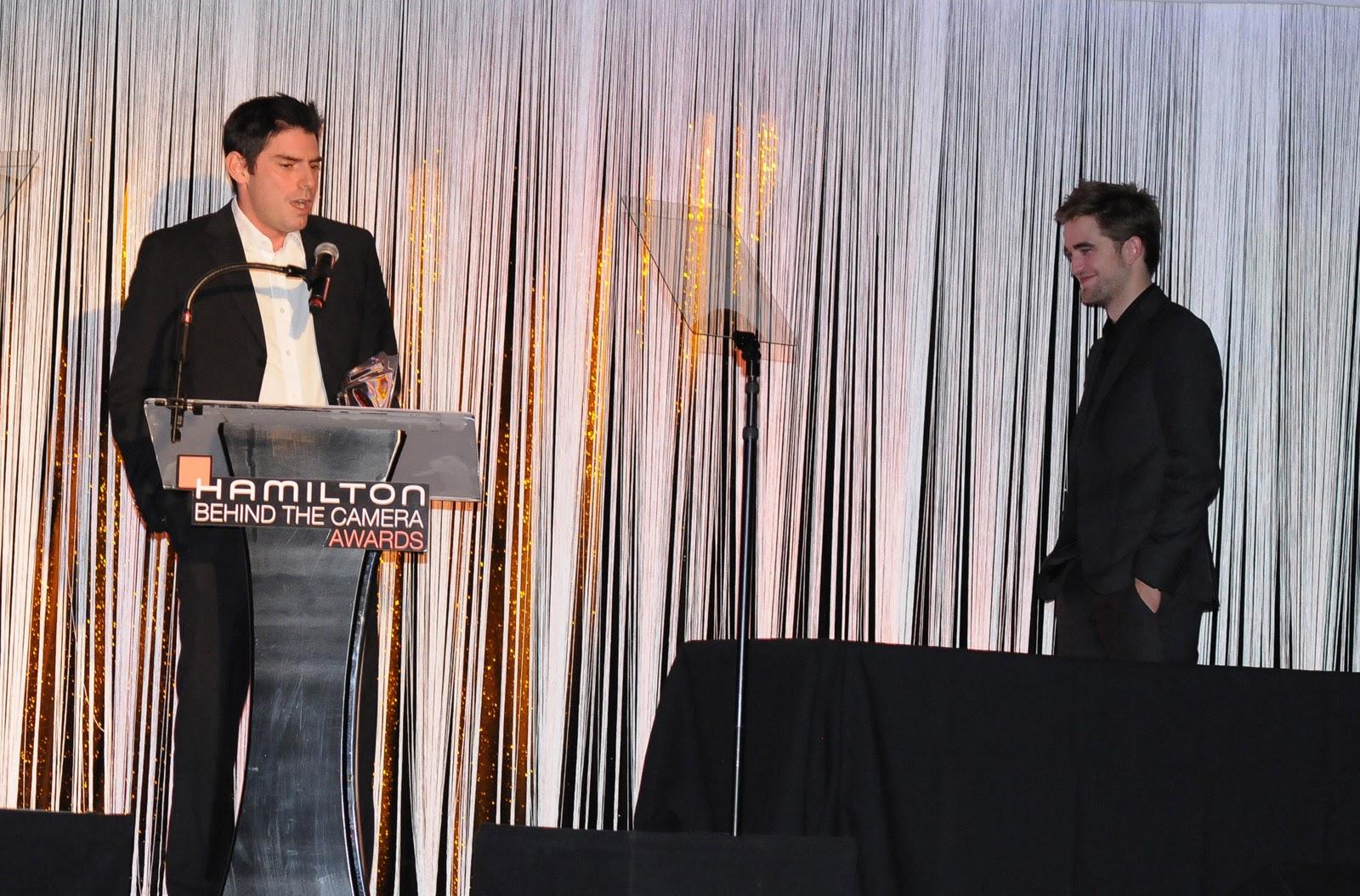 http://4.bp.blogspot.com/-afawWA4AWEo/TrmbMQEeKJI/AAAAAAAAByA/tDCYxkIRWco/s1600/Chris+Weitz+Robert+Pattinson+2011.jpg