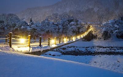 Paisajes nevados con puente cubierto de nieve en invierno