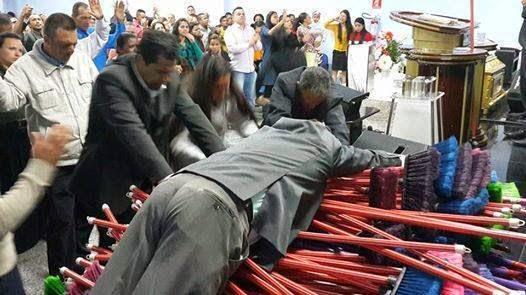 Vassoura ungida é vendida em igreja por mil reais