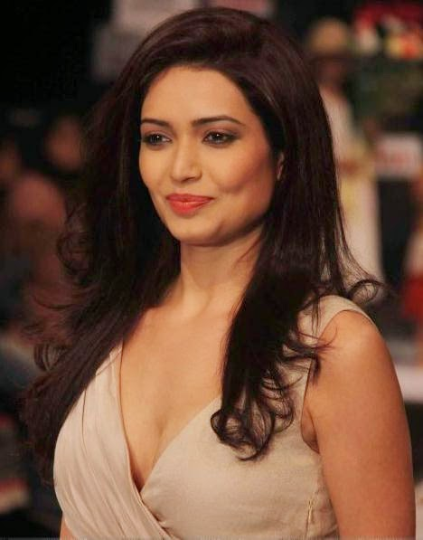 Karishma Tanna Ramp Walk pics, Karishma Tanna Ramp HD photos, Karishma Tanna Hot photoshot, Karishma Tanna hot and sexy dress wallpaper