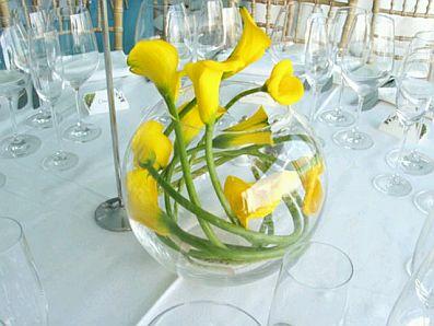 arreglos con flores sumergidas en este en especial tienes tres recipientes de distinto tamao con distintos tipos de flores amarillas en su interior