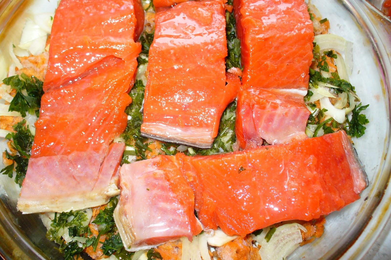 семга с овощами подготовленная для запекания в духовке