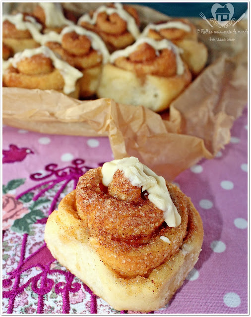 Receita de cinnamon rolls com cobertura de cream cheese