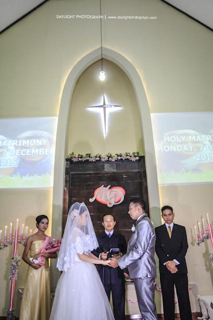 janji pernikahan, mereka berucap sehidup semati menjadi suami dan istri  dalam upacara pemberkatan pernikahan mike dan dewi