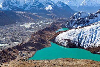 Lago Gokyo en las montañas del Himalaya, Nepal, vista panorámica a 5,300 metros sobre el nivel del mar