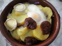 Huevos al plato con rulo y patatera