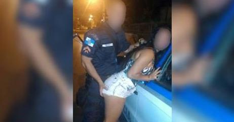 Policial apalpando bumbum de jovem em blitz causa repercussão na web