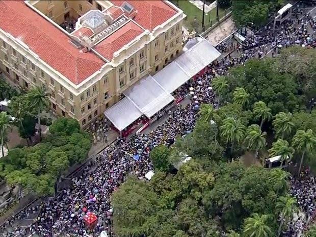 Missa em homenagem ao ex-governador na Praça da República. (Foto: Reprodução GloboNews)