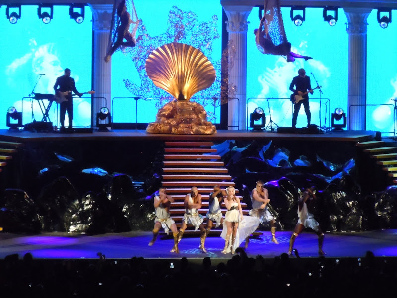 Kylie Minogue Hollywood Bowl dancers