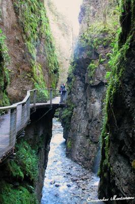 Vistas a las pasarelas junto a río e las Gargantas de Kakouetta.