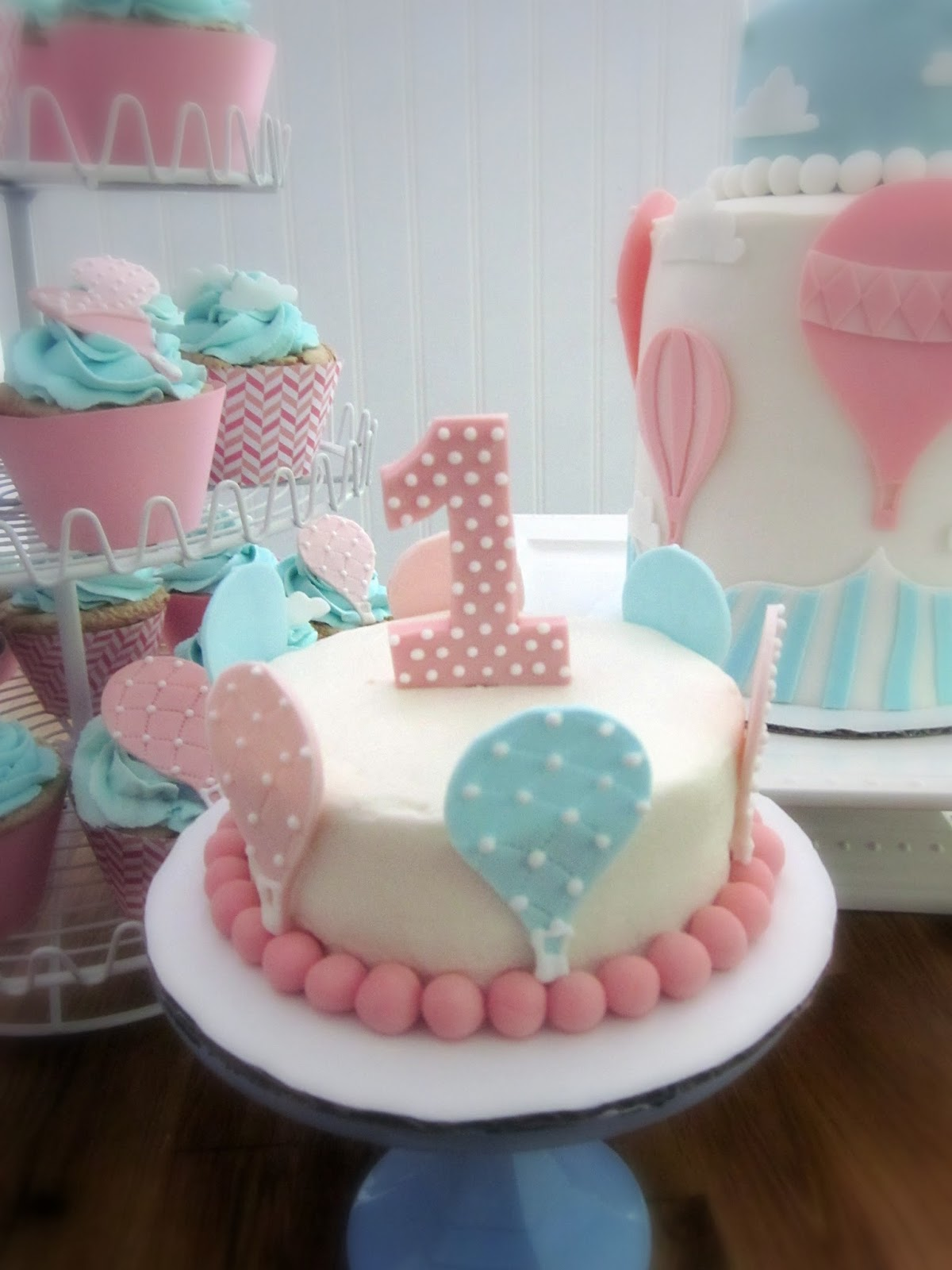 Darlin  Designs: Hot Air Balloon Cake and Cupcakes
