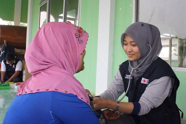 PMI memberikan pelayanan kesehatan di masjid desa Limbang jaya