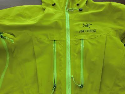 ARC`TERYX/アークテリクス  ゴアテックスジャケットのお手入れ写真 金沢市でブランド品のクリーニングとシミヌキの上手い店