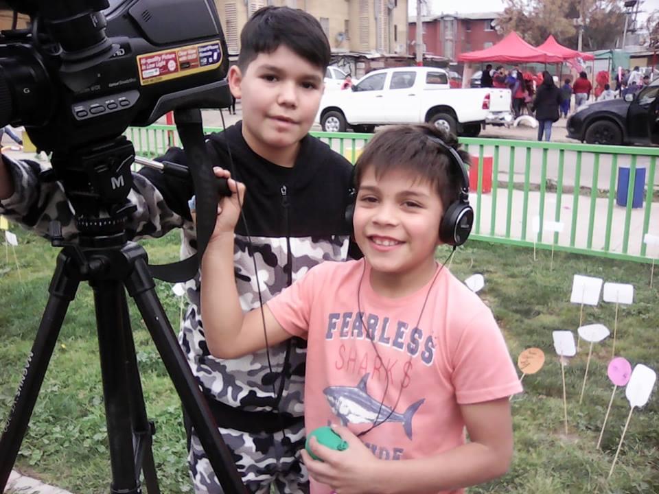 Niños en Taller de TV Comunitaria realizan nota en actividad infantil en población Parinacota