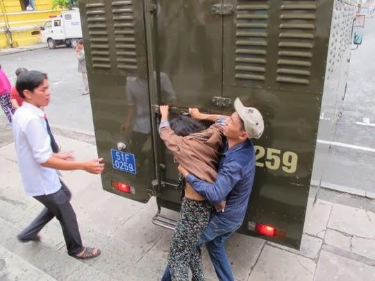 Người nhà kẻ chặt rớt tay cô gái cướp SH đánh luật sư