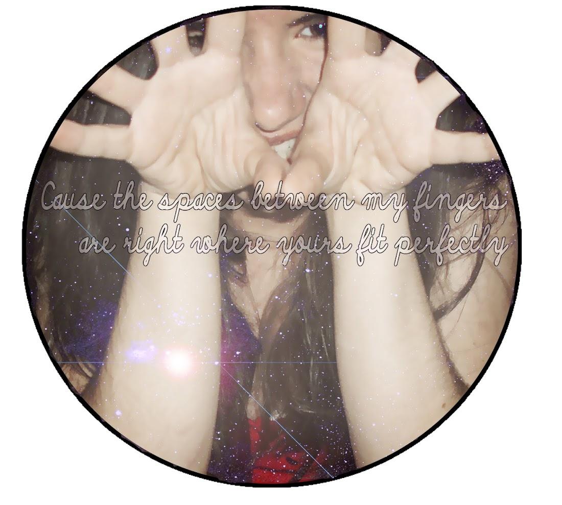 --El espacio entre mis dedos es donde los tuyos encajan perfectamente♥