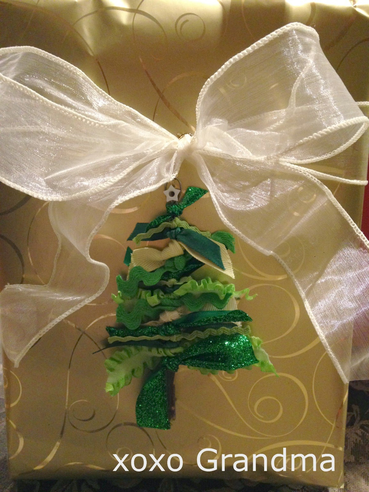http://xoxograndma.blogspot.com/2014/11/easy-ribbon-trim-tree-ornaments-tutorial.html